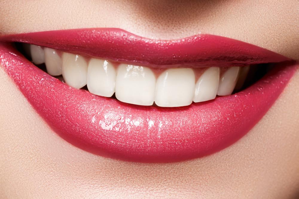 Улыбка женских губ